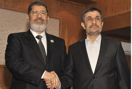 Morsi shakes hands with Ahmadinejad