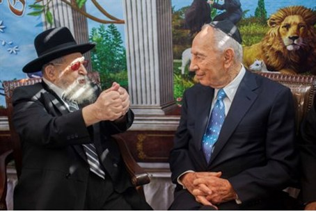 Peres in Sukkah of Rabbi Ovadia Yosef Tuesda