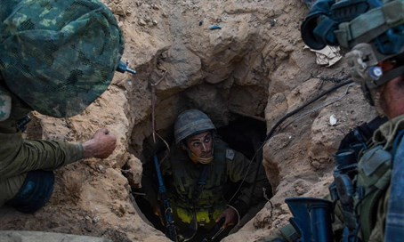 IDF soldiers in Hamas terror tunnel (file)