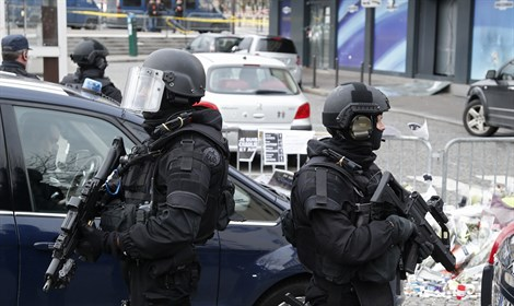 French special forces stand outside the Hyper Cacher store, where terrorist Amedy Coulibal