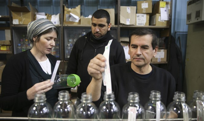 Jewish, Palestinian workers in Sodastream factory