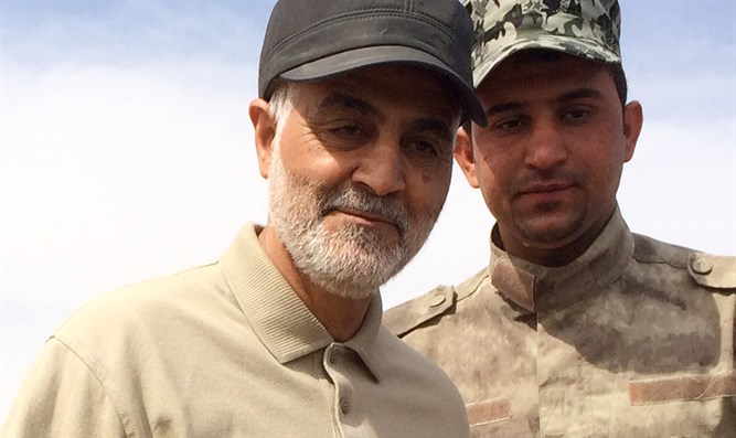 Chief of Iranian Quds Force, Qassem Soleimani (left)
